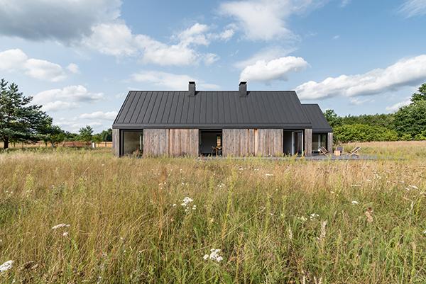 خانه ای چوبی در چمنزار